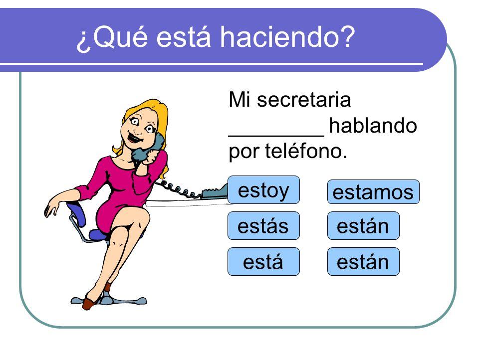 ¿Qué está haciendo Mi secretaria ________ hablando por teléfono.