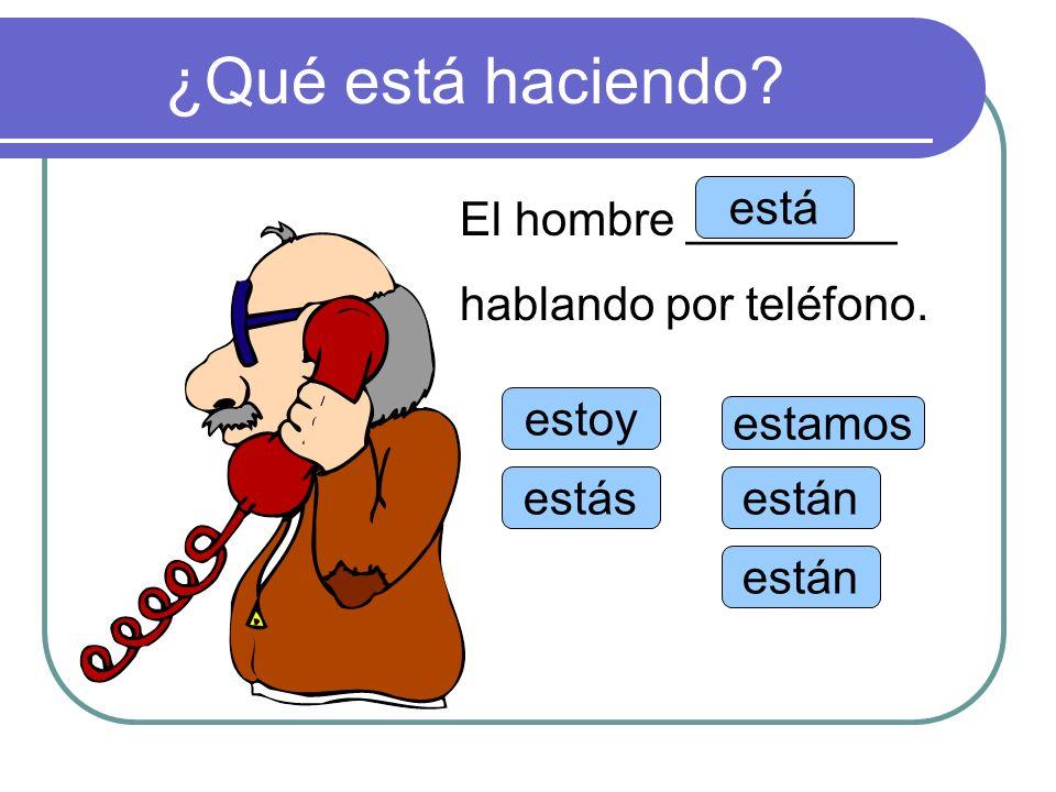 ¿Qué está haciendo está El hombre ________ hablando por teléfono.