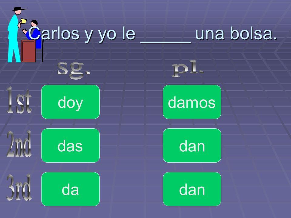 Carlos y yo le _____ una bolsa.