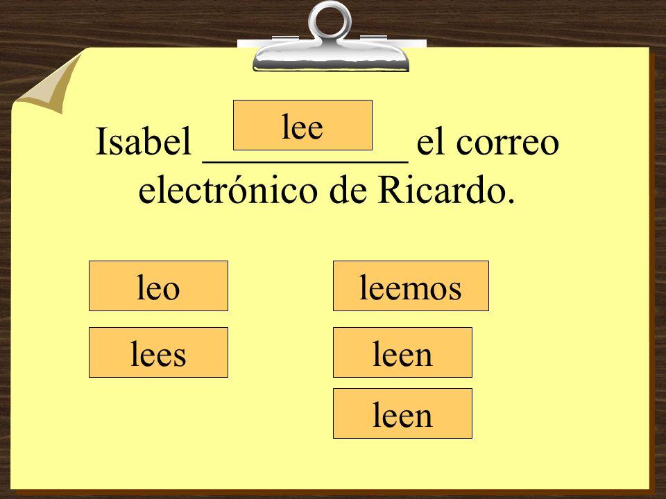 Isabel __________ el correo electrónico de Ricardo.