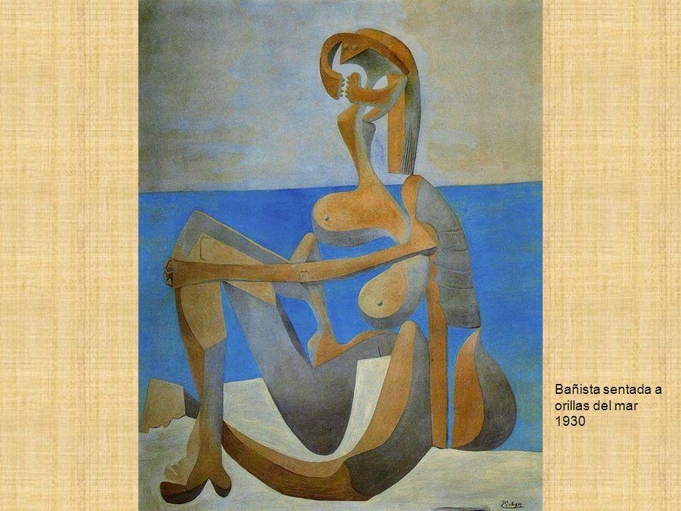Bañista sentada a orillas del mar