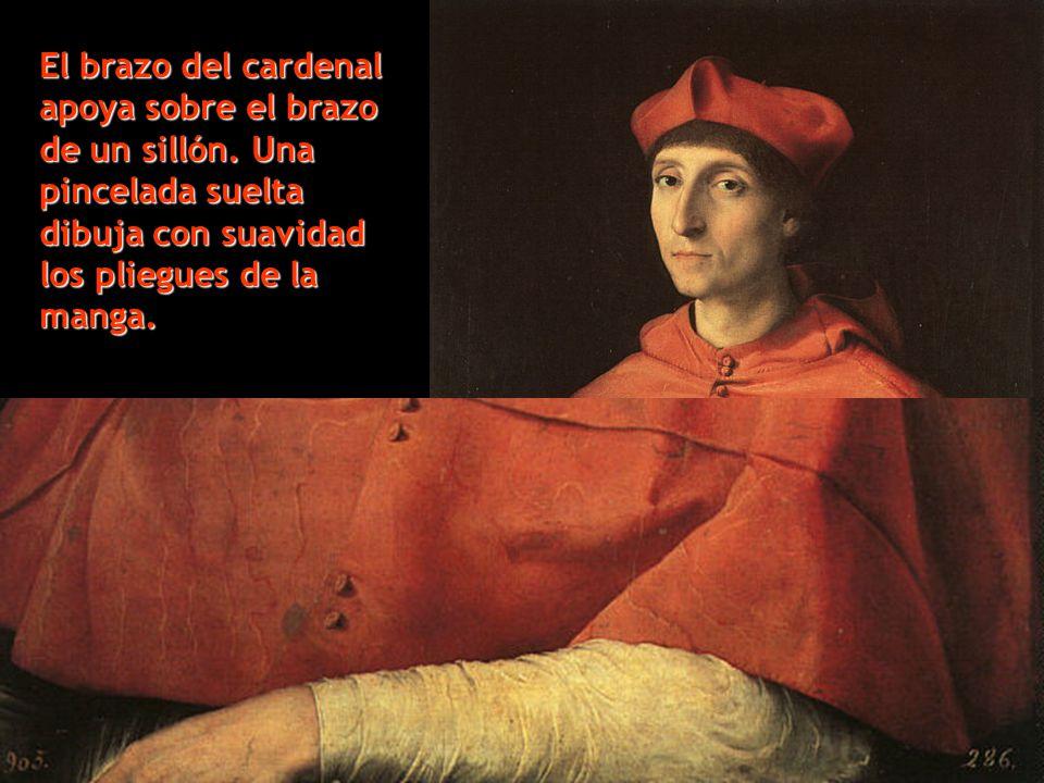 El brazo del cardenal apoya sobre el brazo de un sillón