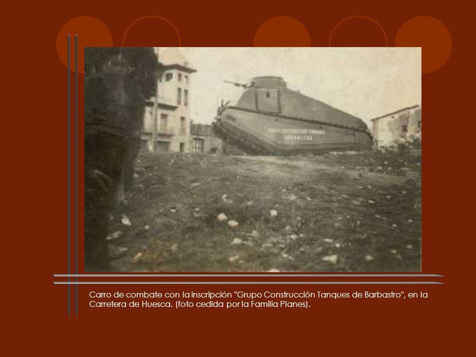 Carro de combate con la inscripción Grupo Construcción Tanques de Barbastro , en la Carretera de Huesca.