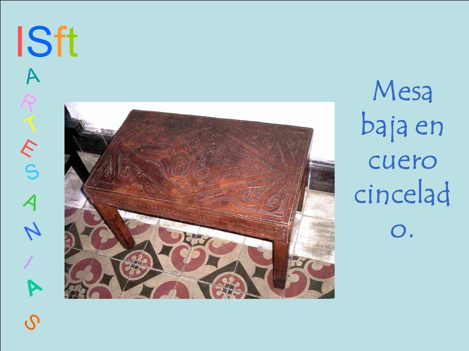Mesa baja en cuero cincelado.