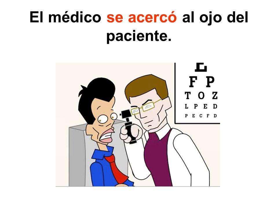 El médico se acercó al ojo del paciente.