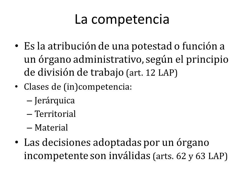 La competencia Es la atribución de una potestad o función a un órgano administrativo, según el principio de división de trabajo (art. 12 LAP)