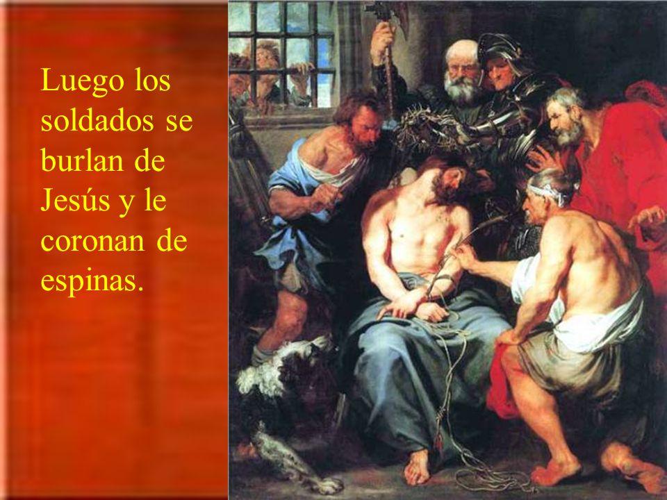 Luego los soldados se burlan de Jesús y le coronan de espinas.