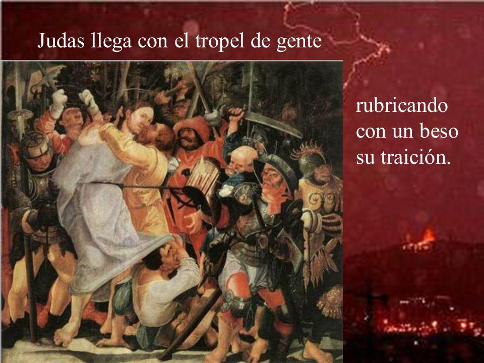 Judas llega con el tropel de gente