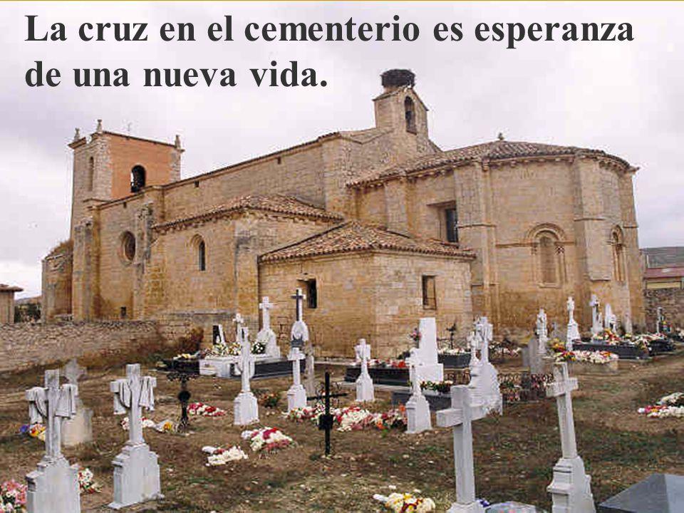 La cruz en el cementerio es esperanza de una nueva vida.