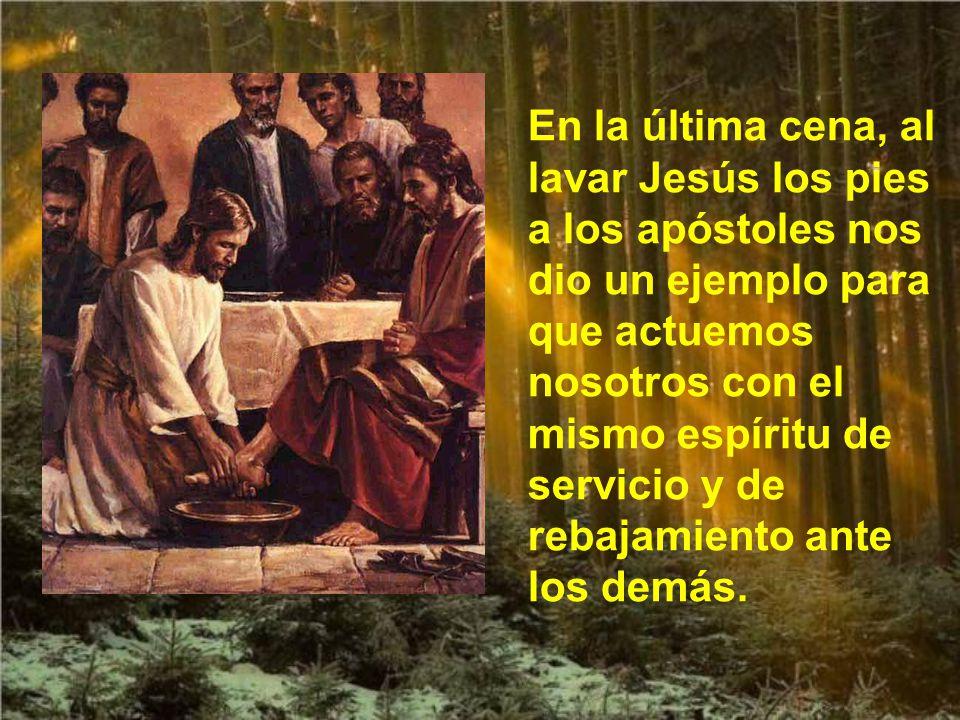 En la última cena, al lavar Jesús los pies a los apóstoles nos dio un ejemplo para que actuemos nosotros con el mismo espíritu de servicio y de rebajamiento ante los demás.