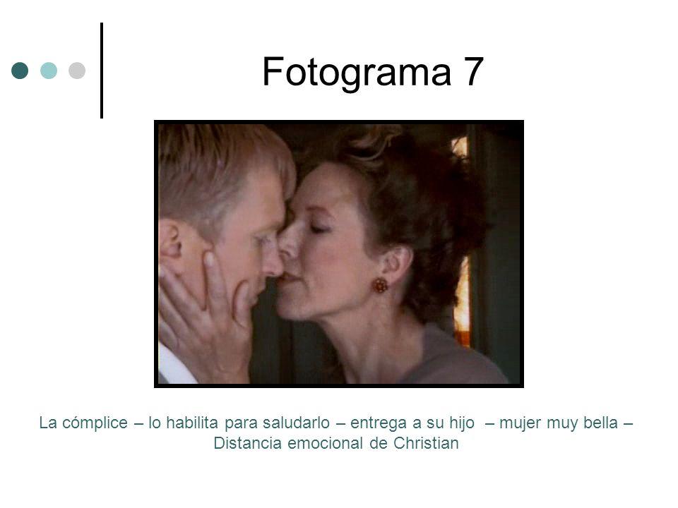 Fotograma 7La cómplice – lo habilita para saludarlo – entrega a su hijo – mujer muy bella – Distancia emocional de Christian.