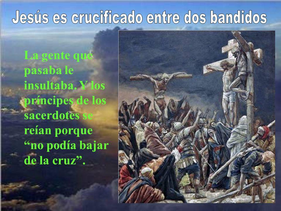Jesús es crucificado entre dos bandidos