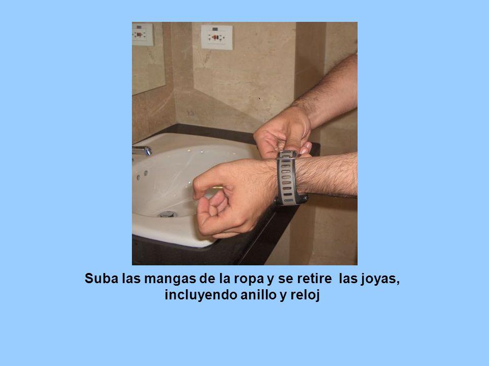 Suba las mangas de la ropa y se retire las joyas, incluyendo anillo y reloj