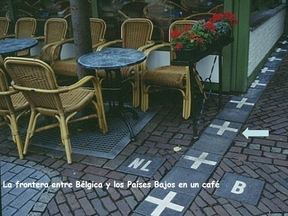 La frontera entre Bélgica y los Países Bajos en un café