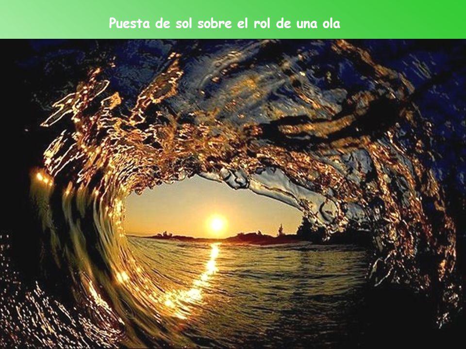 Puesta de sol sobre el rol de una ola