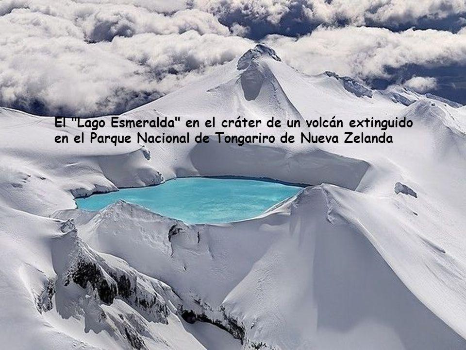 El Lago Esmeralda en el cráter de un volcán extinguido en el Parque Nacional de Tongariro de Nueva Zelanda