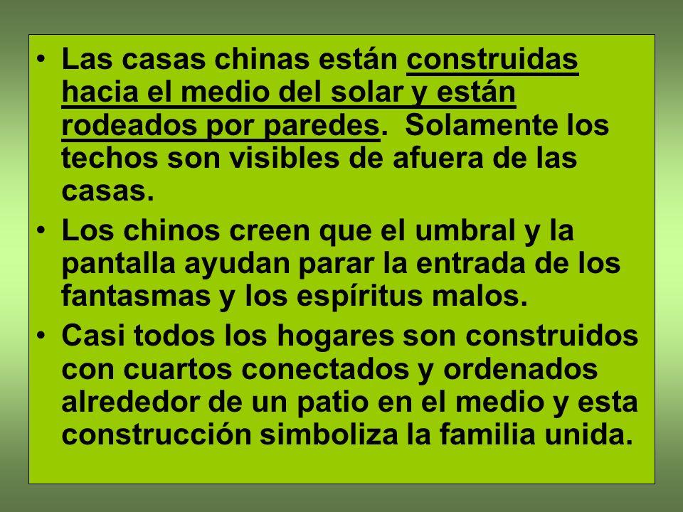 Las casas chinas están construidas hacia el medio del solar y están rodeados por paredes. Solamente los techos son visibles de afuera de las casas.