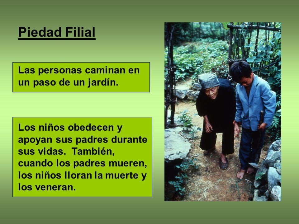 Piedad Filial Las personas caminan en un paso de un jardín.