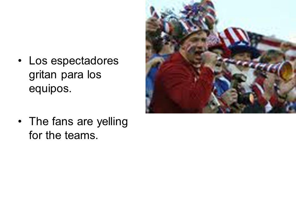 Los espectadores gritan para los equipos.