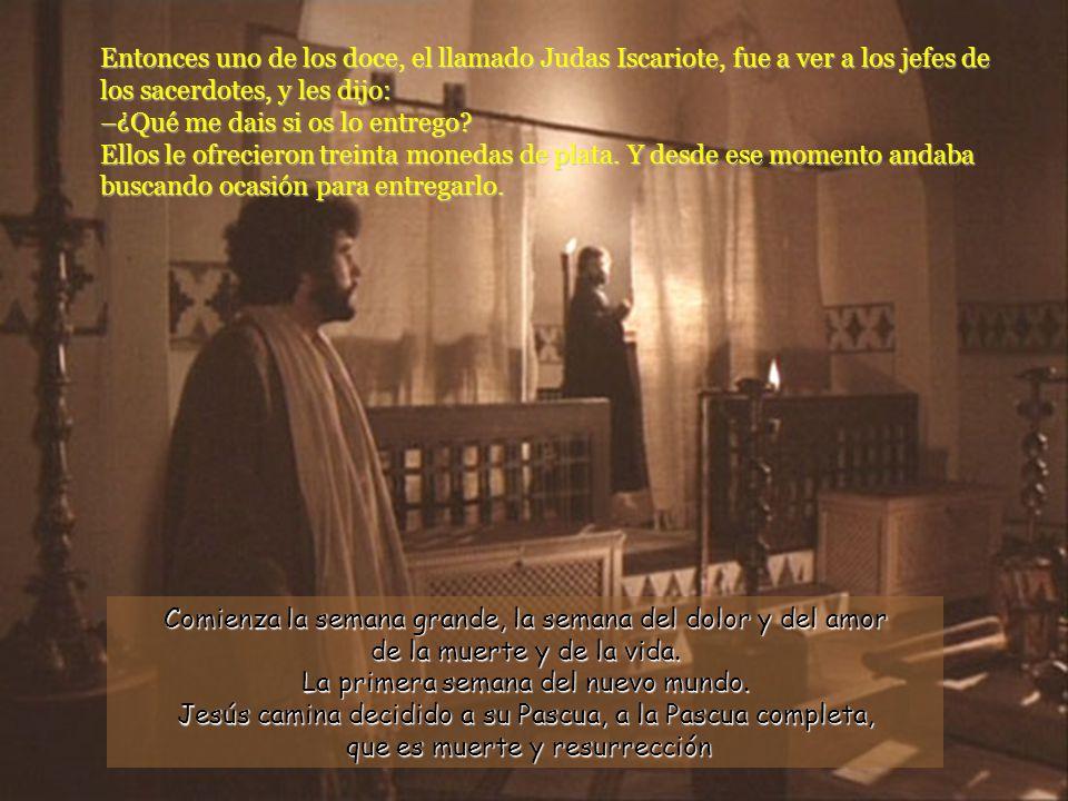 Entonces uno de los doce, el llamado Judas Iscariote, fue a ver a los jefes de los sacerdotes, y les dijo: –¿Qué me dais si os lo entrego Ellos le ofrecieron treinta monedas de plata. Y desde ese momento andaba buscando ocasión para entregarlo.