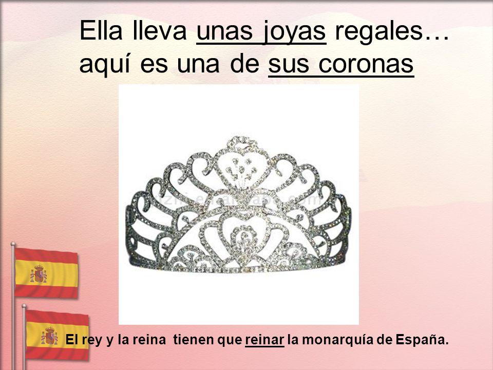 Ella lleva unas joyas regales… aquí es una de sus coronas