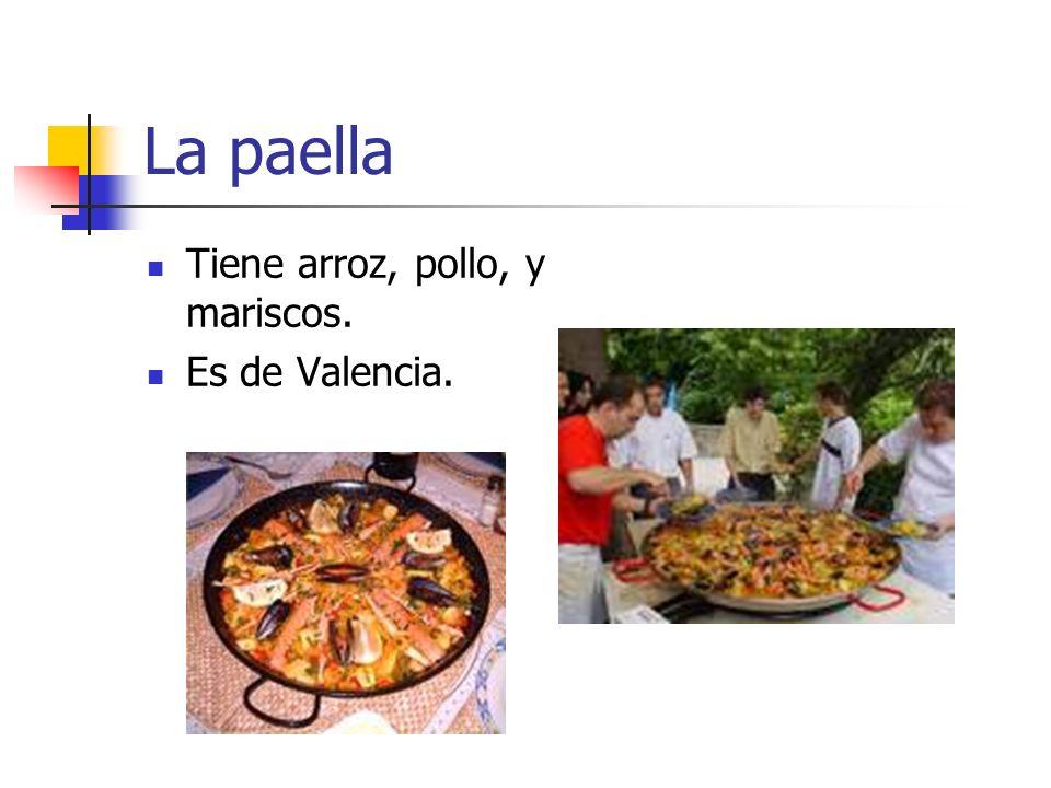 La paella Tiene arroz, pollo, y mariscos. Es de Valencia.