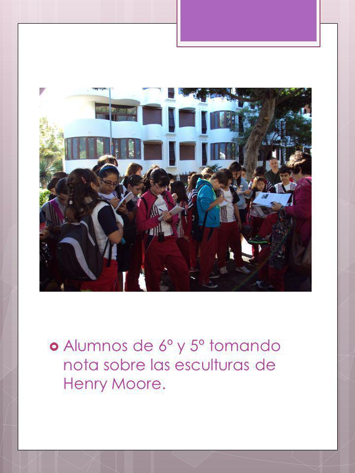 Alumnos de 6º y 5º tomando nota sobre las esculturas de Henry Moore.