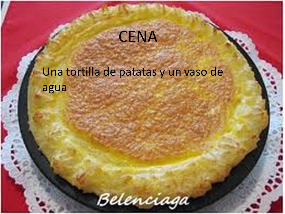 CENA Una tortilla de patatas y un vaso de agua