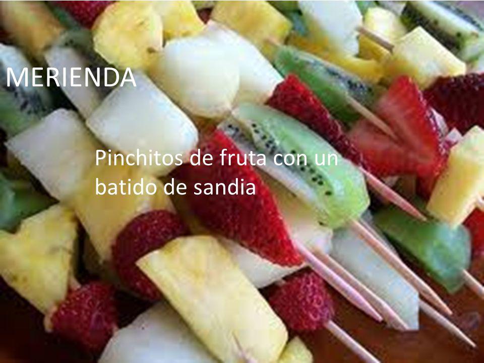 MERIENDA Pinchitos de fruta con un batido de sandia