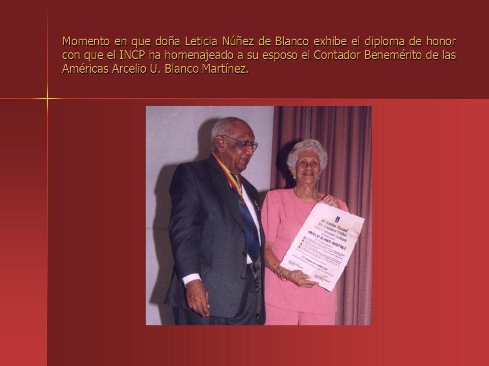 Momento en que doña Leticia Núñez de Blanco exhibe el diploma de honor con que el INCP ha homenajeado a su esposo el Contador Benemérito de las Américas Arcelio U.