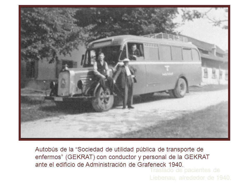 Autobús de la Sociedad de utilidad pública de transporte de enfermos (GEKRAT) con conductor y personal de la GEKRAT ante el edificio de Administración de Grafeneck 1940.