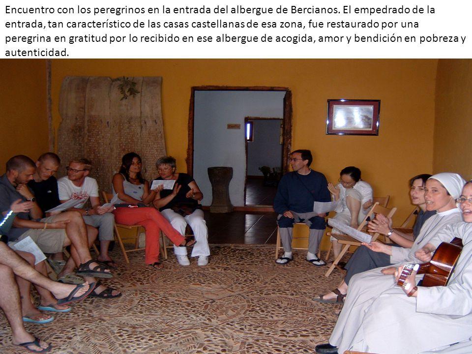 Encuentro con los peregrinos en la entrada del albergue de Bercianos