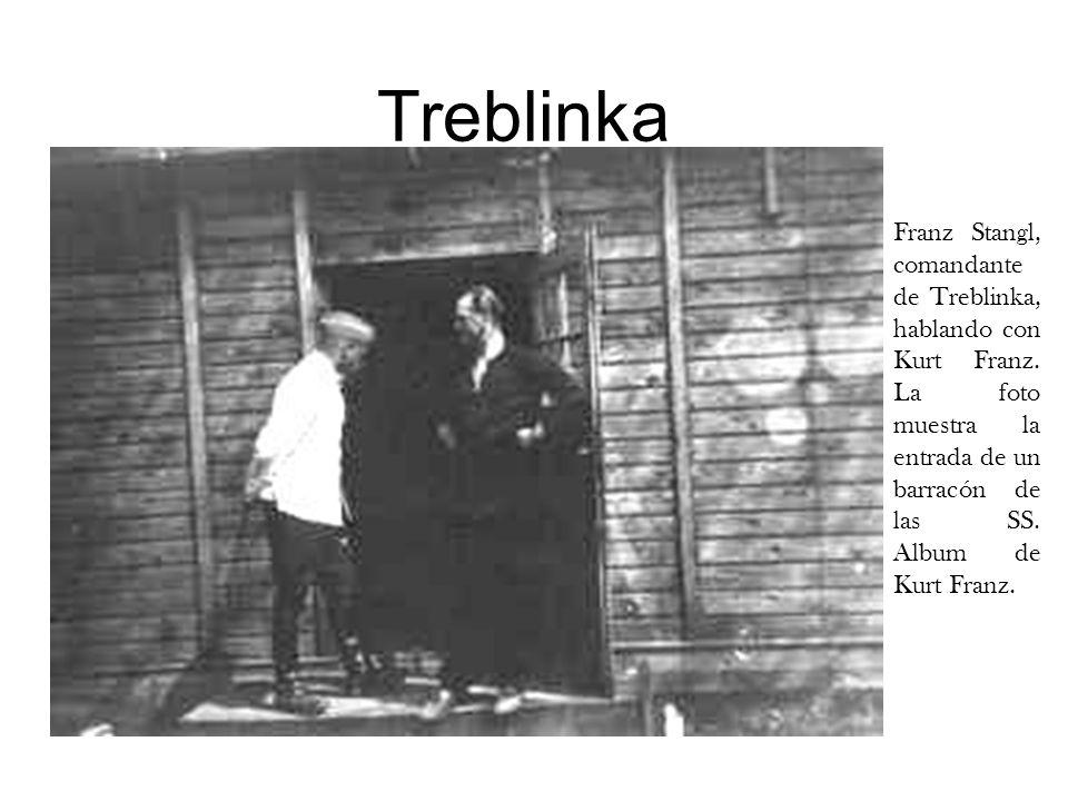 TreblinkaFranz Stangl, comandante de Treblinka, hablando con Kurt Franz. La foto muestra la entrada de un barracón de las SS. Album de Kurt Franz.