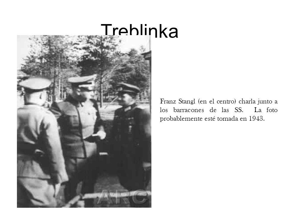 TreblinkaFranz Stangl (en el centro) charla junto a los barracones de las SS. La foto probablemente esté tomada en 1943.
