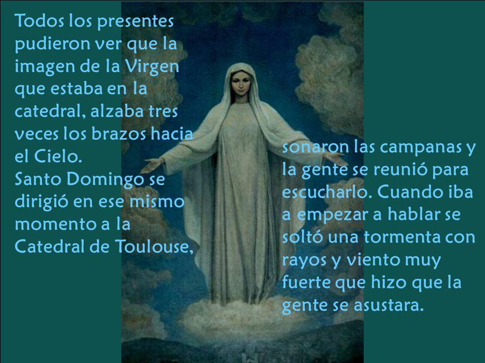 Todos los presentes pudieron ver que la imagen de la Virgen que estaba en la catedral, alzaba tres veces los brazos hacia el Cielo.