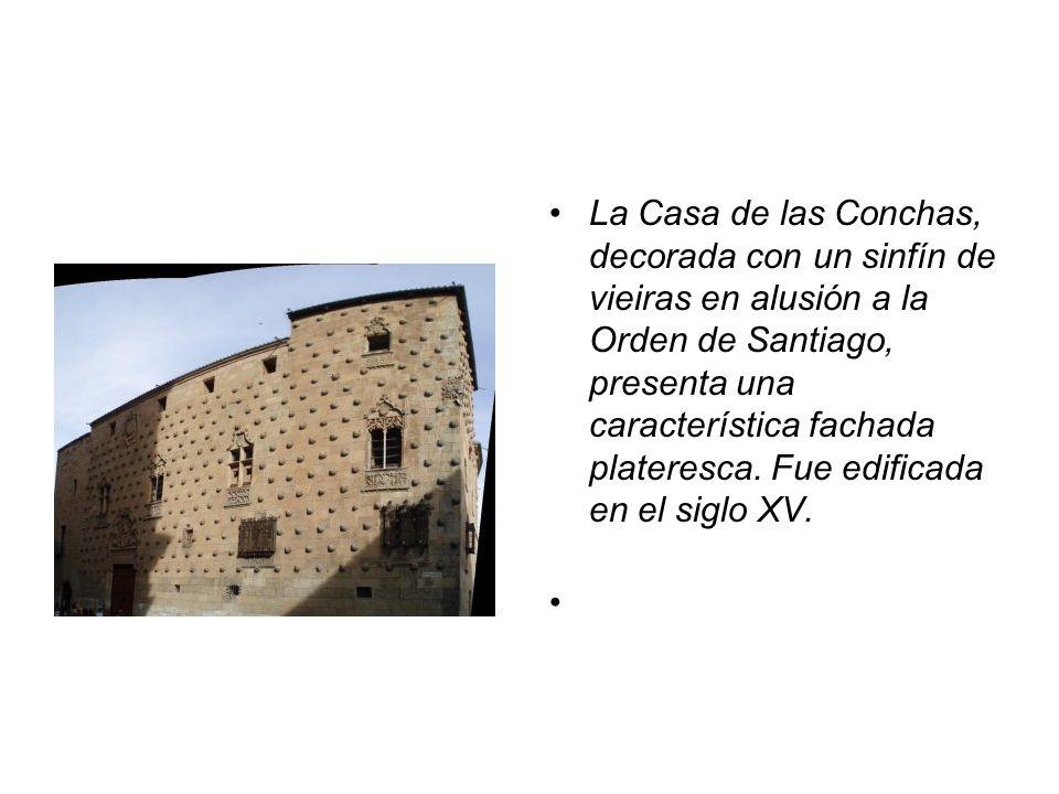 La Casa de las Conchas, decorada con un sinfín de vieiras en alusión a la Orden de Santiago, presenta una característica fachada plateresca.