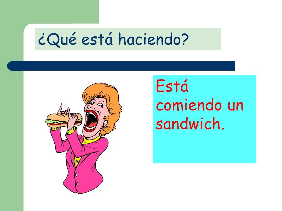 ¿Qué está haciendo Está comiendo un sandwich.