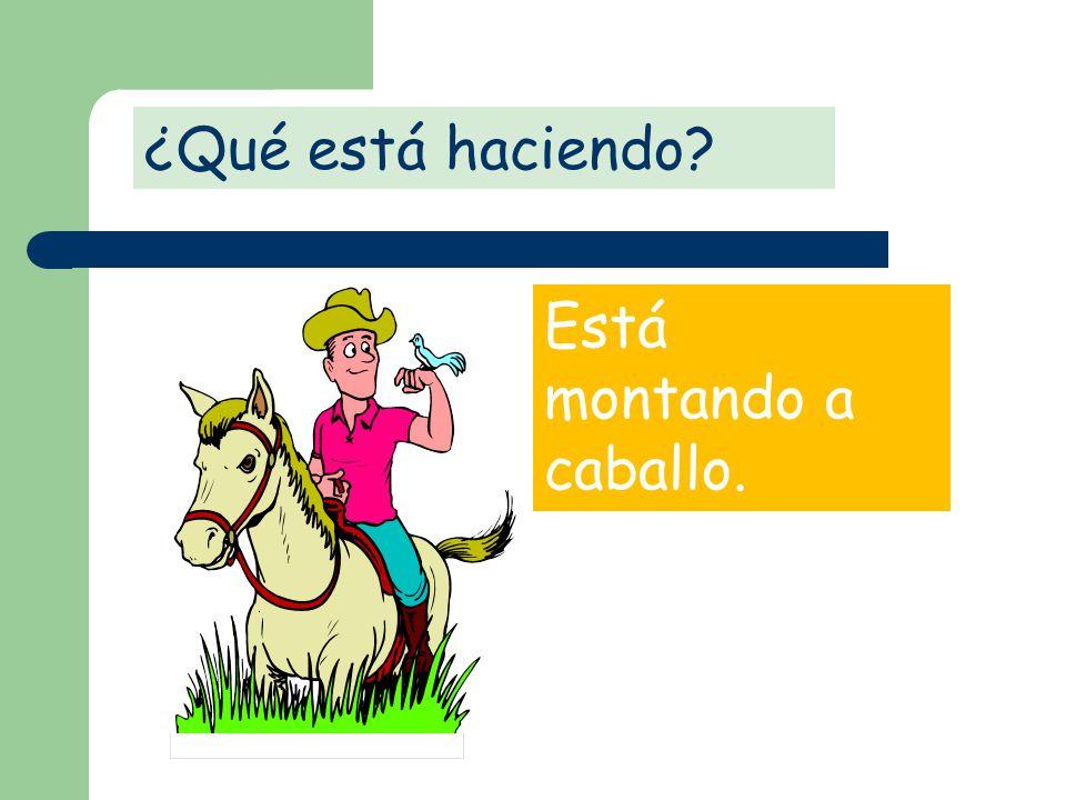 ¿Qué está haciendo Está montando a caballo.