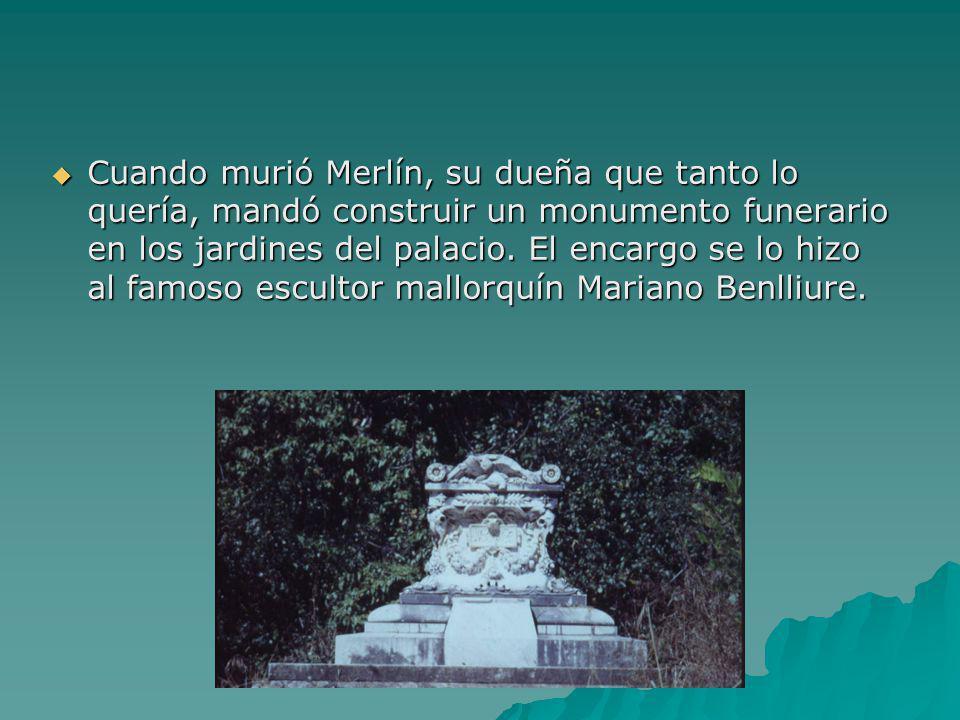 Cuando murió Merlín, su dueña que tanto lo quería, mandó construir un monumento funerario en los jardines del palacio.