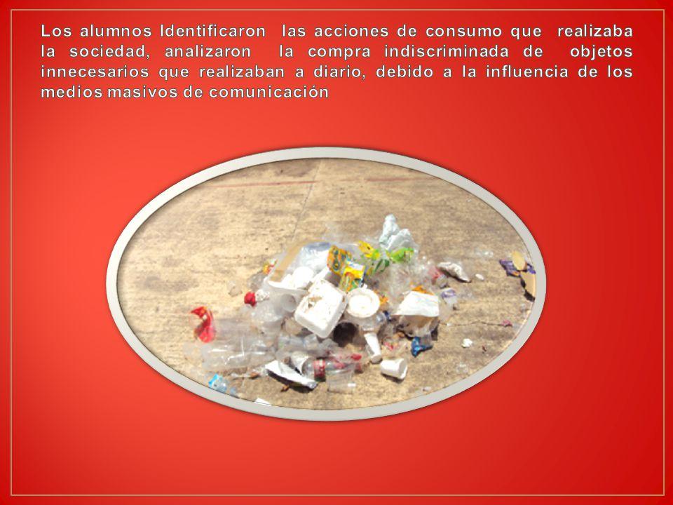 Los alumnos Identificaron las acciones de consumo que realizaba la sociedad, analizaron la compra indiscriminada de objetos innecesarios que realizaban a diario, debido a la influencia de los medios masivos de comunicación