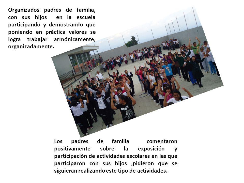 Organizados padres de familia, con sus hijos en la escuela participando y demostrando que poniendo en práctica valores se logra trabajar armónicamente, organizadamente.