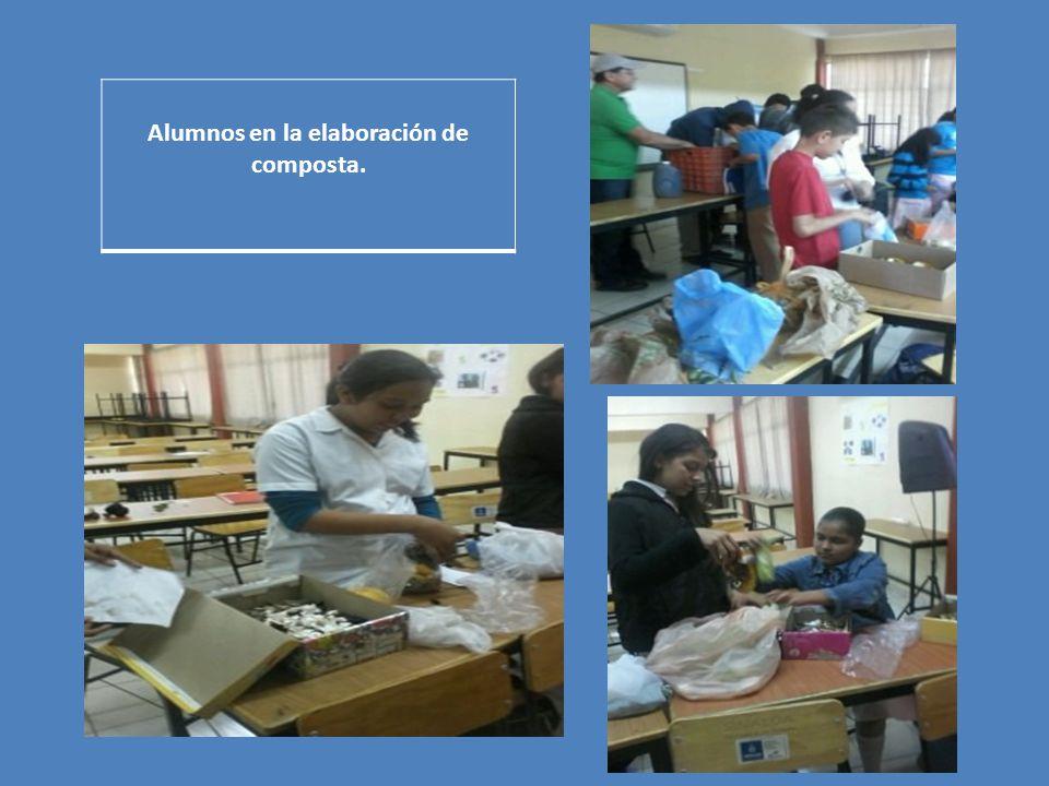 Alumnos en la elaboración de composta.