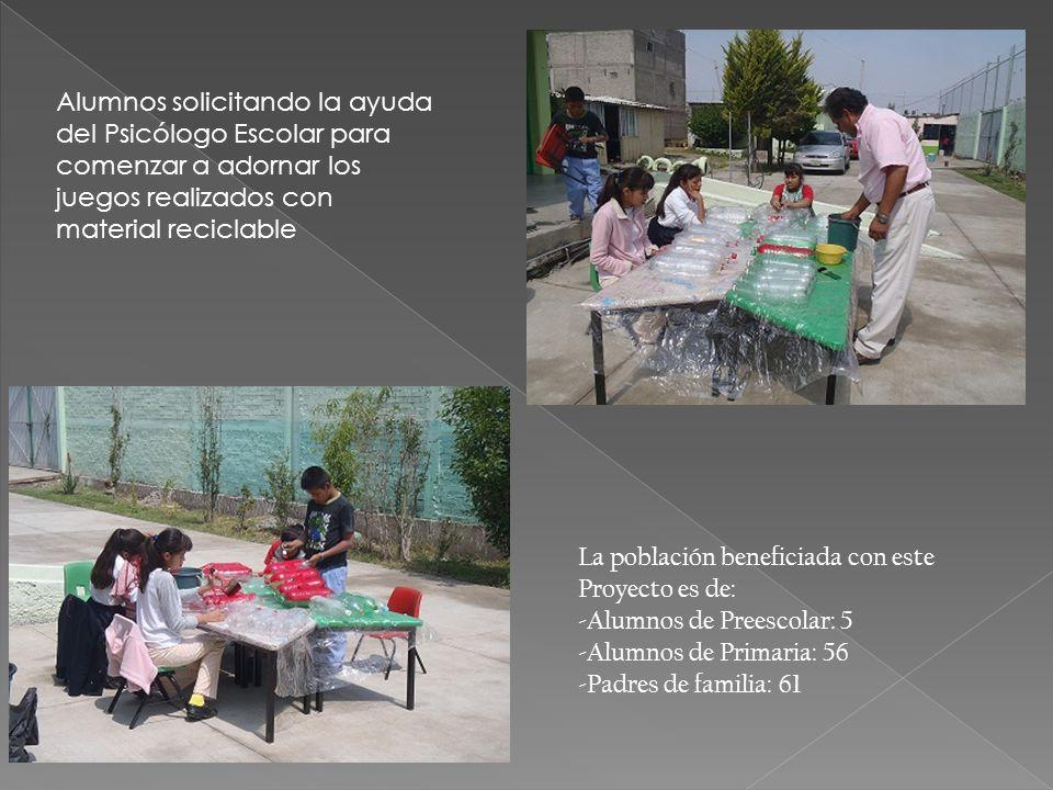 Alumnos solicitando la ayuda del Psicólogo Escolar para comenzar a adornar los juegos realizados con material reciclable