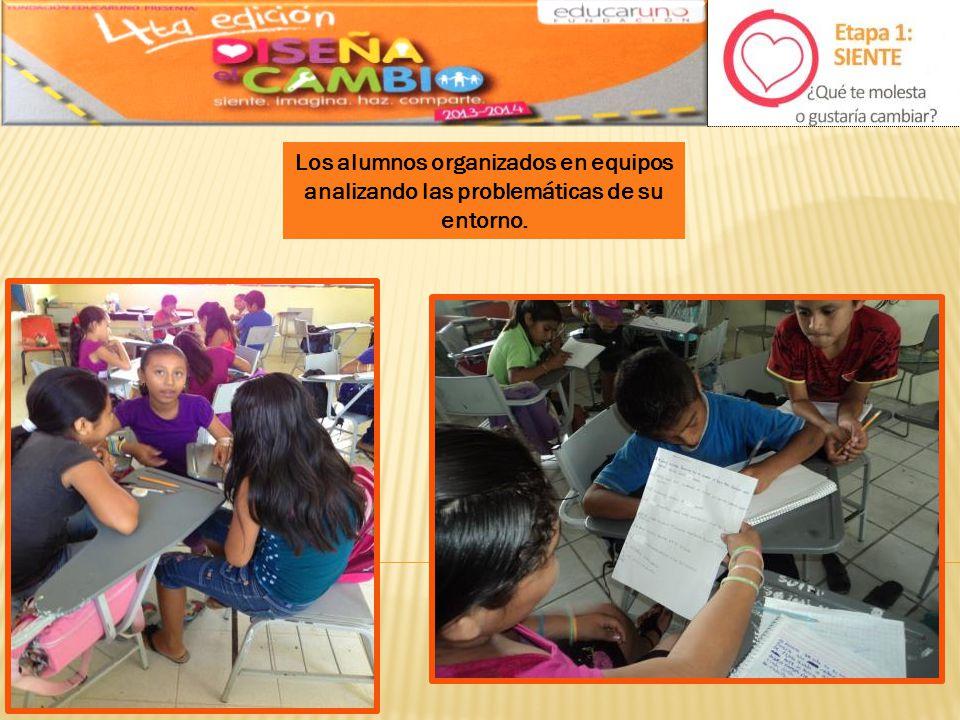 Los alumnos organizados en equipos analizando las problemáticas de su entorno.