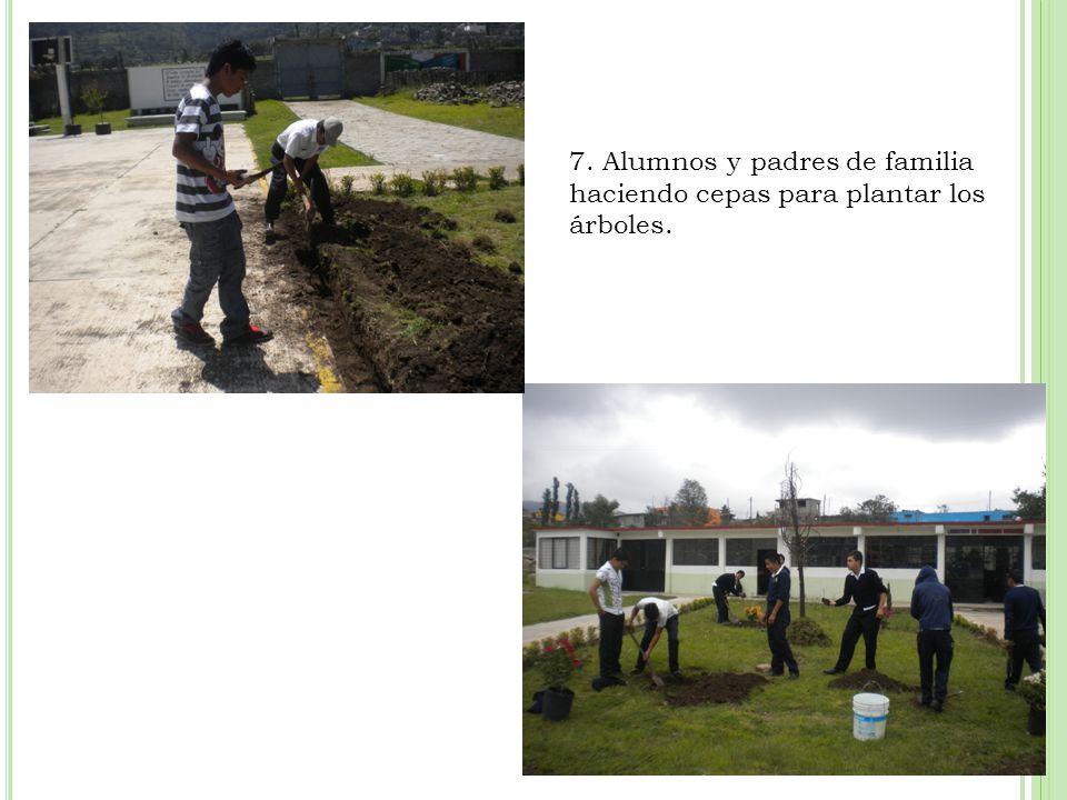 7. Alumnos y padres de familia haciendo cepas para plantar los árboles.