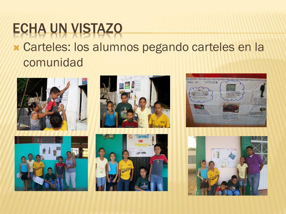 Echa un vistazo Carteles: los alumnos pegando carteles en la comunidad