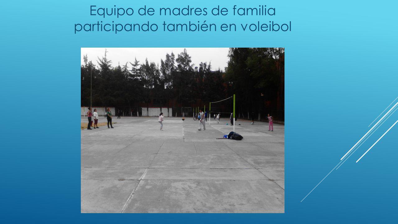 Equipo de madres de familia participando también en voleibol