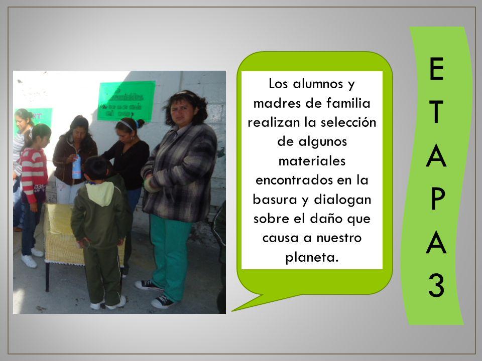 Los alumnos y madres de familia realizan la selección de algunos materiales encontrados en la basura y dialogan sobre el daño que causa a nuestro planeta.