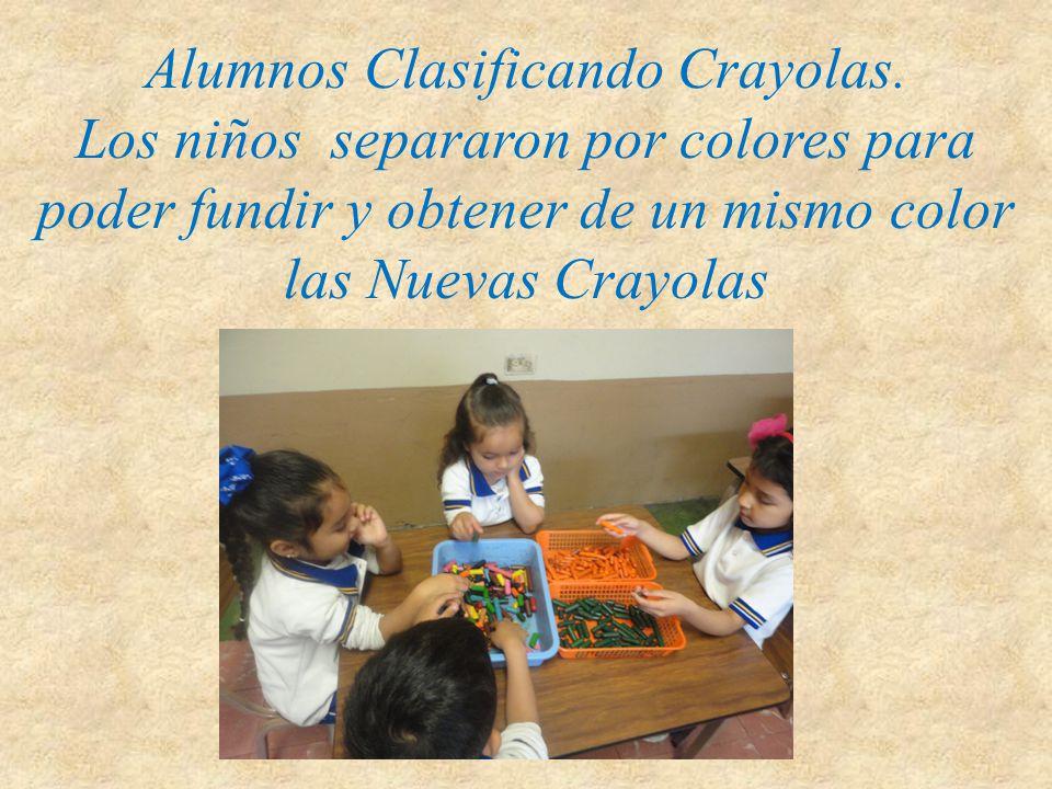 Alumnos Clasificando Crayolas