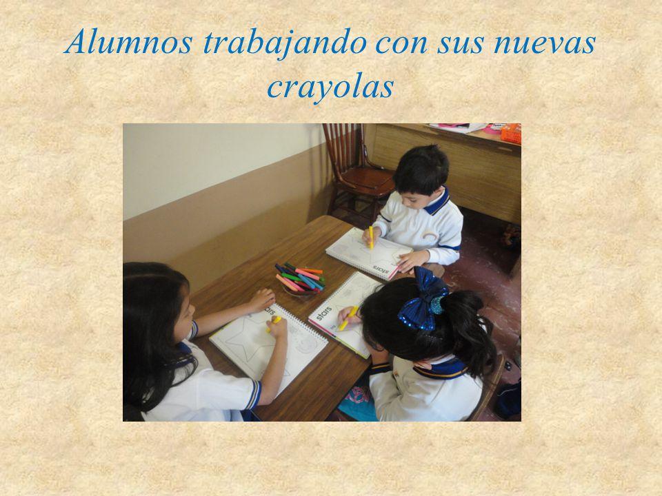 Alumnos trabajando con sus nuevas crayolas